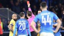 Arturo Vidal fue expulsado en el empate de Barcelona y Napoli por la Champions League