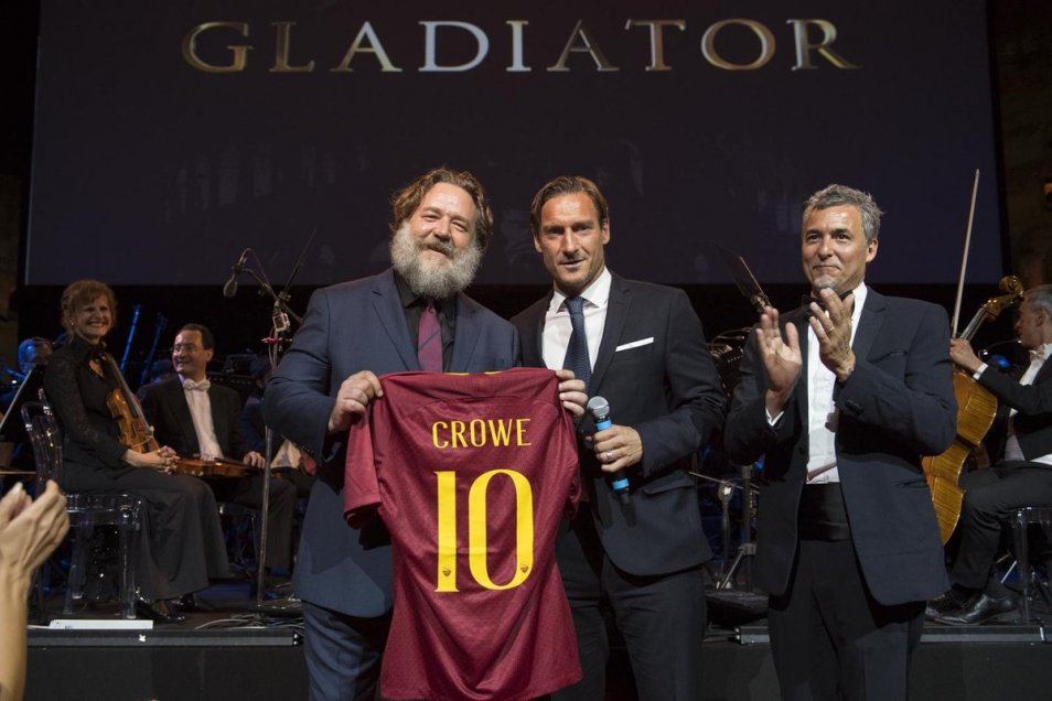 El directivo de AS Roma Francesco Totti le regaló una camiseta del club de la capital italiana al actor Rusell Crowe, conocido por su papel en
