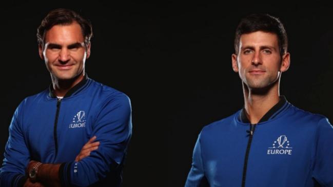 Djokovic golpea a Federer en la espalda durante un partido