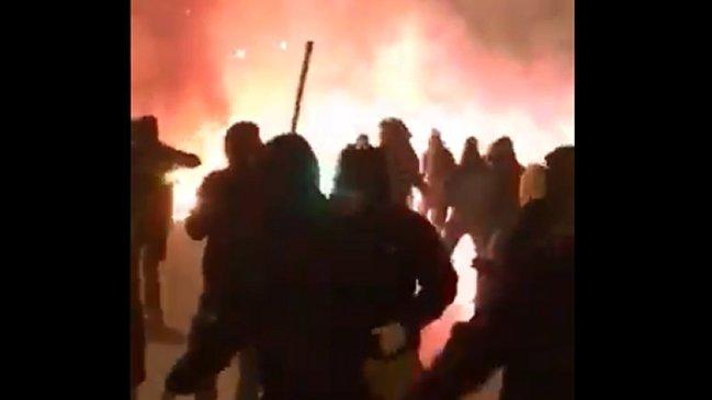 Aficionados del AEK y Ajax protagonizan espeluznante pelea