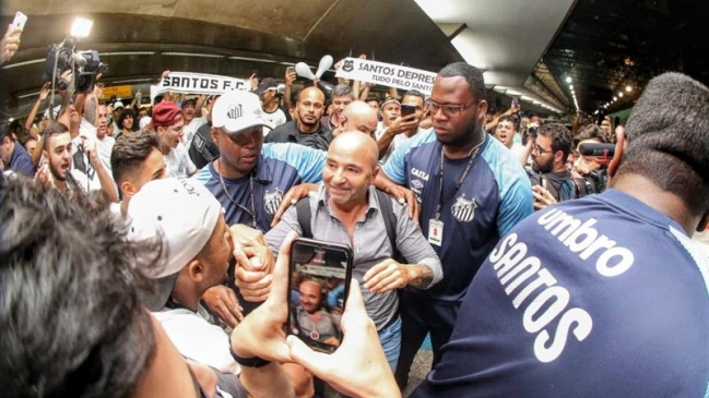 Sampaoli fue recibido por decenas de hinchas de Santos tras llegar a Brasil f827e1eee7