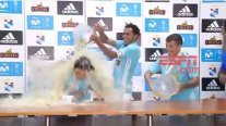 Mario Salas fue bañado en cerveza por los jugadores de Sporting Cristal