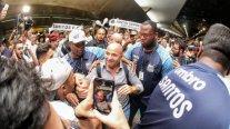 Sampaoli fue recibido por decenas de hinchas de Santos tras llegar a Brasil