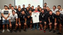"Plantel de Colo Colo compartió con ""bombero exhausto"" que se hizo viral por fotografía"