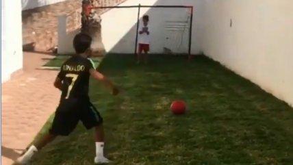 """¡Talento heredado! Cristianinho sorprendió con sus tiros libros a lo """"CR7"""""""