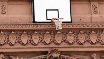 La Casa Rosada amaneció con un aro de baloncesto en el frontis en honor a su selección