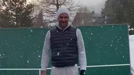 """""""Todavía recuerdo algunos trucos"""": Roger Federer mostró su talento entrenando bajo la nieve"""