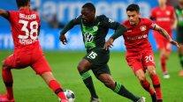 Bayer Leverkusen de Charles Aránguiz sufrió una dura caída ante Wolfsburgo en la Bundesliga