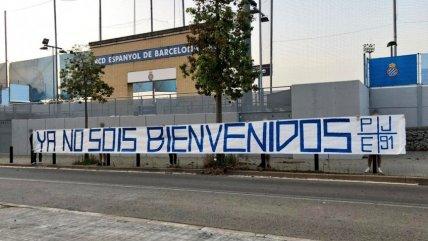 Hinchas de Espanyol mostraron su descontento con la directiva del club tras el descenso