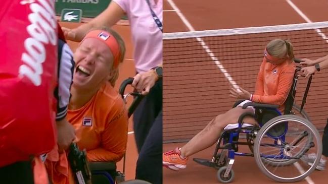 Kiki Bertens sale de la pista en silla de ruedas