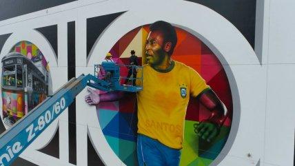 Artista rindió tributo a Pelé por sus 80 años con un gigantesco mural en Santos