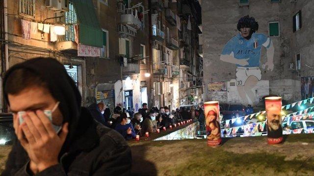 """Fotos] """"Napoli está llorando"""": Hinchas en Italia se reunieron para rendir tributo a Maradona - AlAireLibre.cl"""