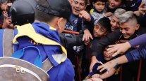Insólito: Marcos Rojo regaló la mascarilla que estaba usando a pequeño hincha de Boca Juniors